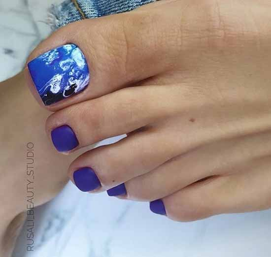 Blue pedicure with pattern