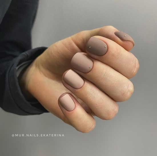 Different nude colors on the nails