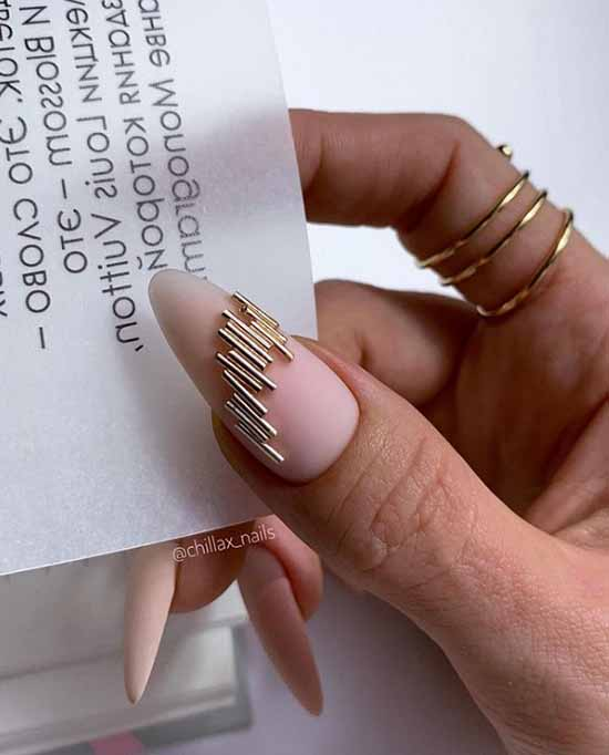Manicure with metal fittings