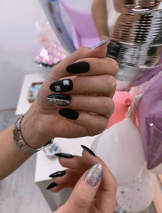 Sequins in black manicure