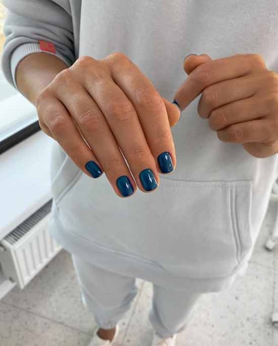 Stylish color of short nails