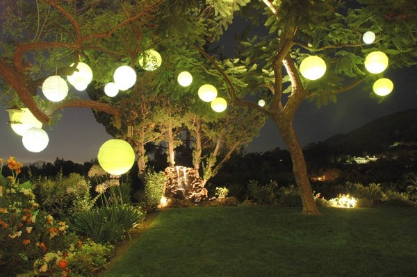 Flowerbed lighting with Chinese lanterns