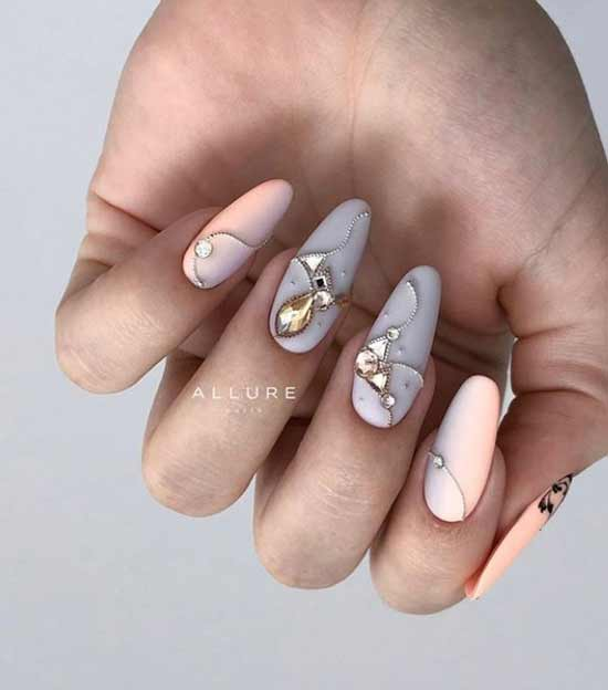Drawings from rhinestones on nails
