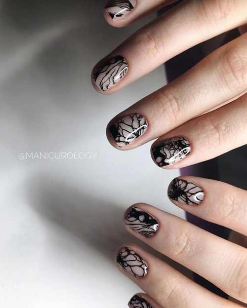 Black fashion pattern on the nails