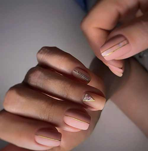 Short nails with foil stripes
