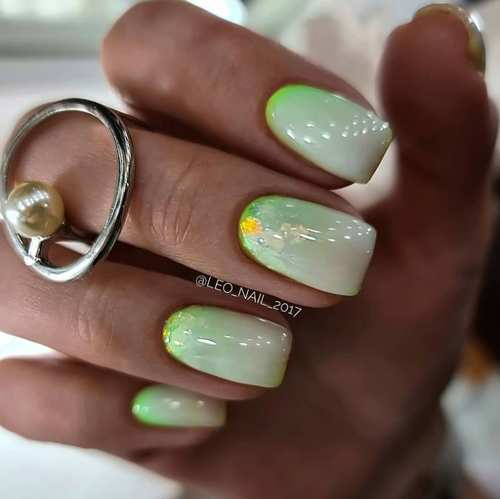 Short nails with spring designs