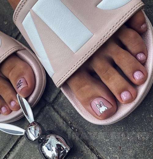 Nude pedicure with a pattern