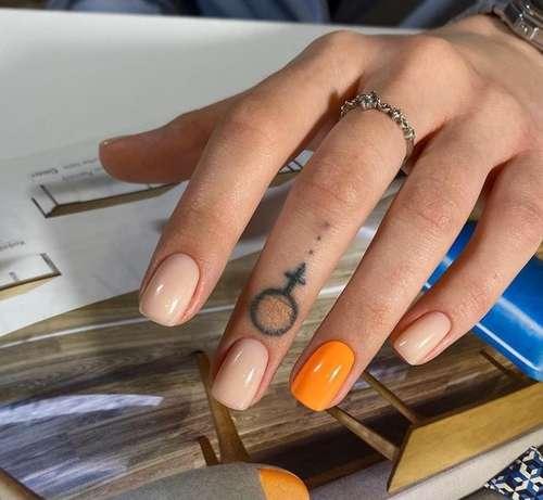 Accent nail in orange