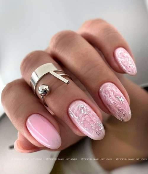 Delicate manicure in pink tones