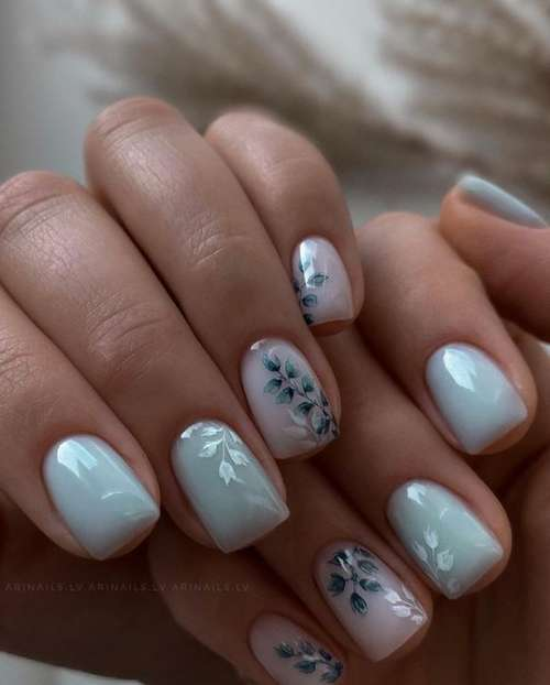 Delicate flowers on the nails