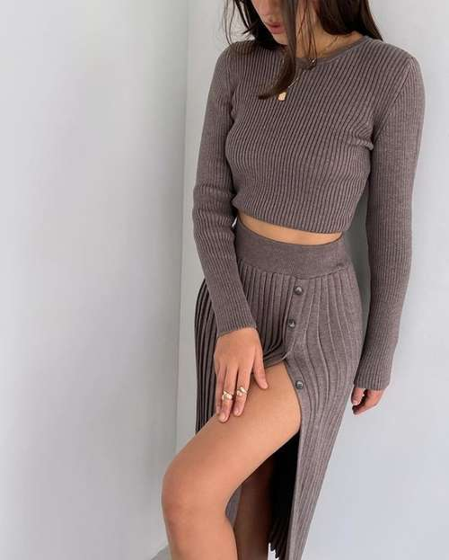 Pleated skirts with slit