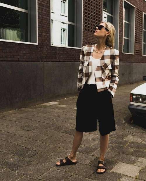 How to wear black bermuda shorts