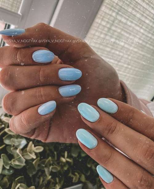 Two shades of the sea on the nails