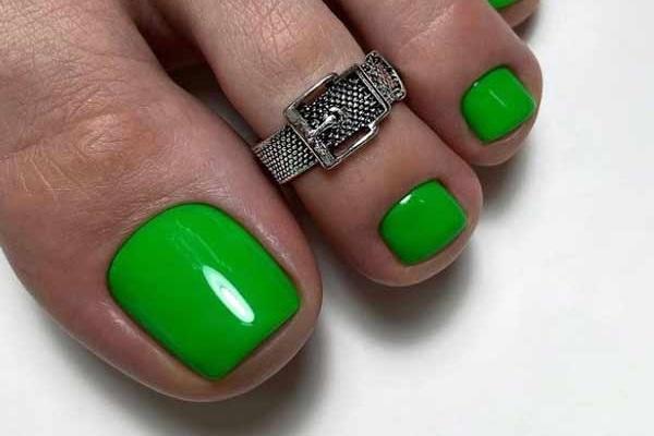 Ультрамодный зеленый педикюр