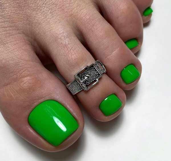 Trendy green pedicure