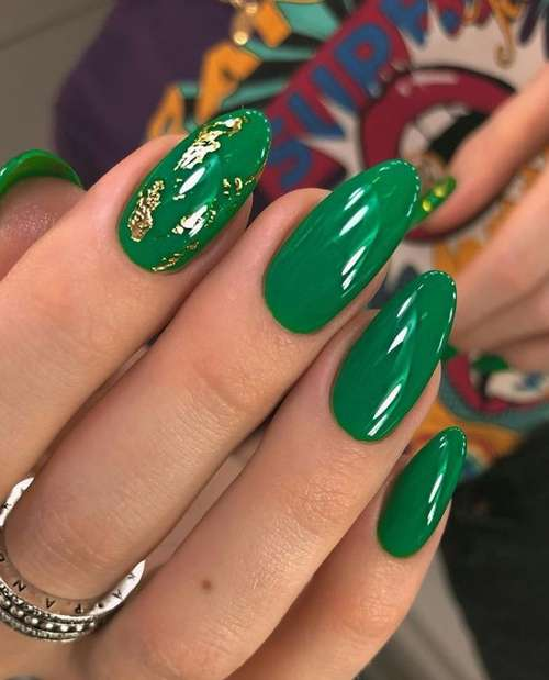Green manicure gold leaf