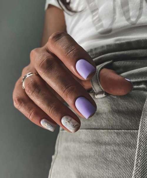 Short nails and gold decor